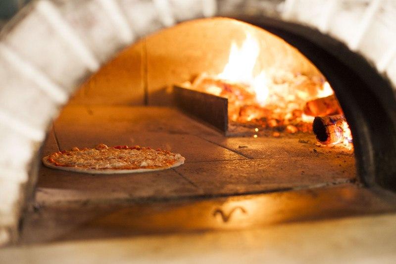 Pizza al forno a legna: perché è meglio?